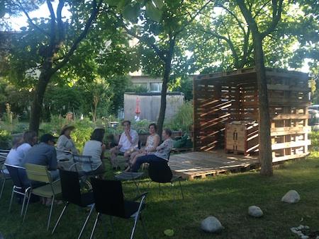 Im Anschluss an die Vernissagen findet jeweils ein Künstlergespräch mit der Kuratorin statt.